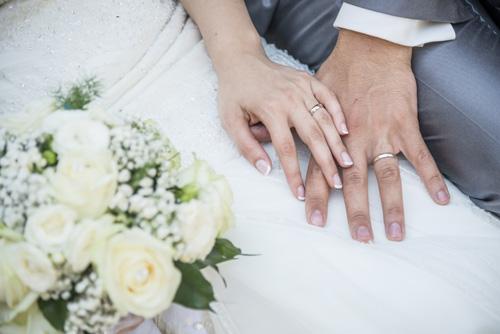 mani con fede nuziale